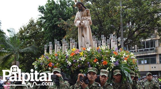 Foto: DÚBER CANO - Procesión de Viacrucis por la Avenida Oriental de Medellín.