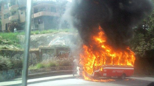 bus_quemado_autopista