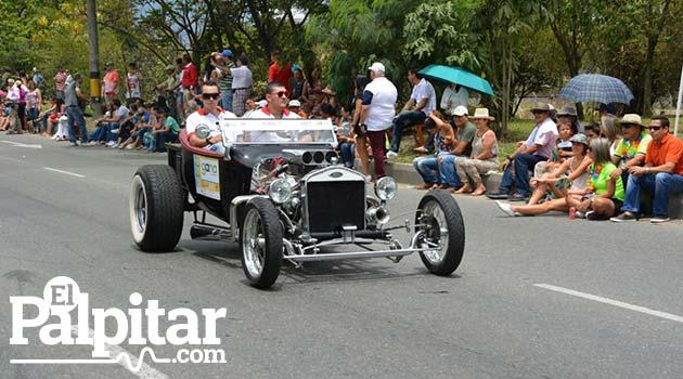 Desfile_de_autos_clasicos_y_antiguos_Medellin