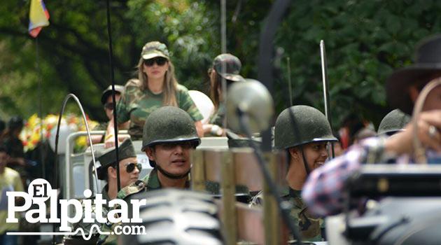 Desfile_de_autos_clasicos_y_antiguos_Medellin_1