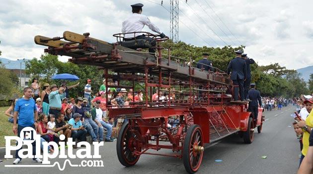 Desfile_de_autos_clasicos_y_antiguos_Medellin_2