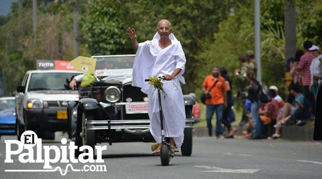 Desfile_de_autos_clasicos_y_antiguos_Medellin_3