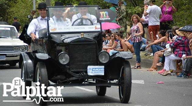 Desfile_de_autos_clasicos_y_antiguos_Medellin_5