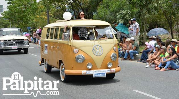 Desfile_de_autos_clasicos_y_antiguos_Medellin_6