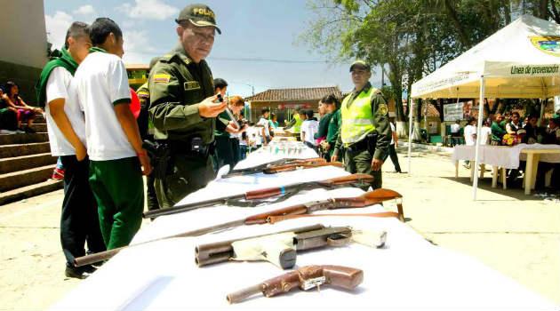 policia_niños_helado_armas2