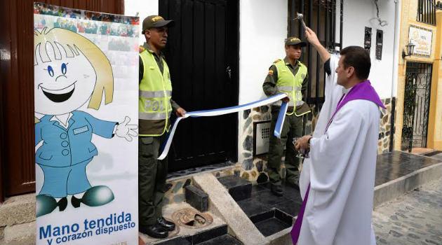 intendente_casa_policia_labor_social_sacerdote_bendicion
