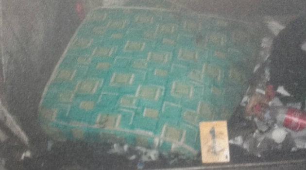 La menos fue encontrada envuelta en este colchón. Foto: CORTESÍA