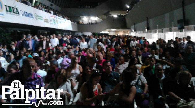 Cientos de personas se agolparo en el hall de la Gobernación, en un acto que ni el agua pudieron empañar.