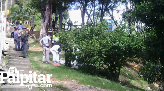 La imagen corresponde al caso registrado en Robledo, donde fue rescatado el cuerpo en una cañada. Foto: CORTESÍA