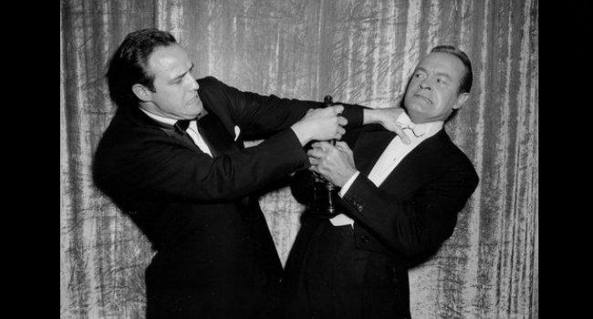 Bob Hope y Marlon Brando en la 27° edición de los Oscar. FOTO: CORTESÍA.