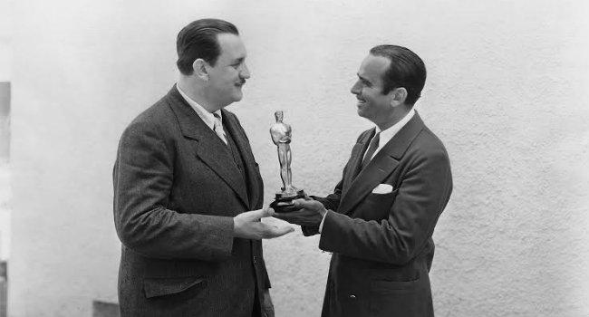 Douglas Fairbanks entrega Oscar a Joseph Farnham. FOTO: CORTESÍA.