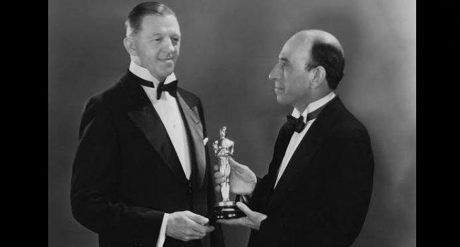 William C. deMille entrega el Oscar a Hans Kraly. FOTO: CORTESÍA.