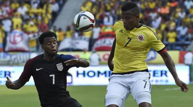 Andrés Rentería disputa el balón con un defensa de Estados Unidos. Foto: CORTESÍA