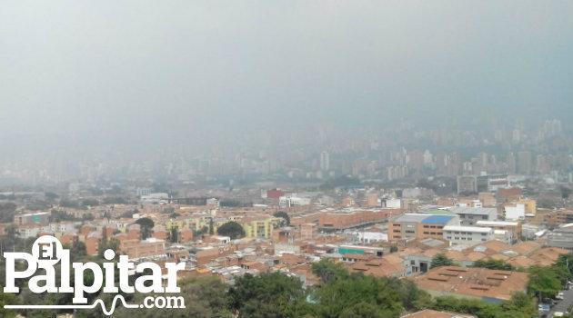 así lucía Medellín este miércoles a las tres de la tarde, producto de la baja calidad del aire.
