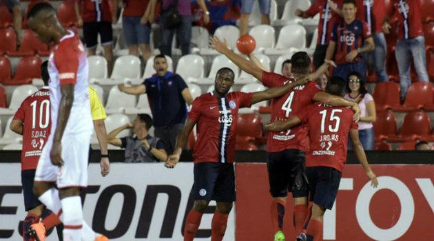 Santa Fe necesitaba mínimo un empate, pero con la derrota se despidió de la Copa. Foto: CORTESÍA