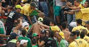 Hinchas en la tribuna sur se agredieron durante el encuentro Nacional  - Bucaramanga. Foto: CORTESÍA/ARCHIVO
