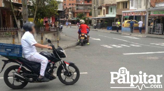 En este caso, aunque el motociclista cumple con la norma del casco, se puede observar que tiene suelto el broche poniendo en peligro su integridad en caso de un accidente.