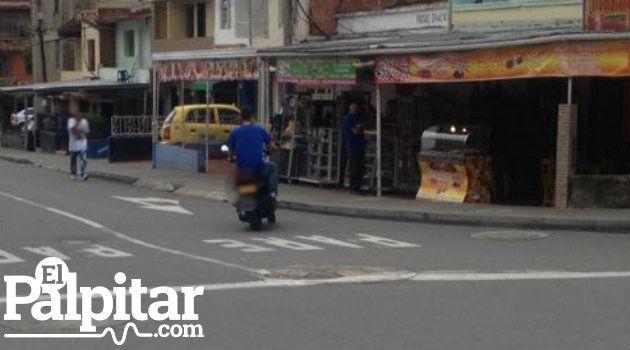 En este caso, no sólo se infringe la norma del casco, sino que el motociclista circula en contravía.