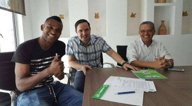 Miguel Borja durante la firma de su contrato en compañía de Víctor Marulanda y en médico Hernán Luna. Foto: Atlético Nacional