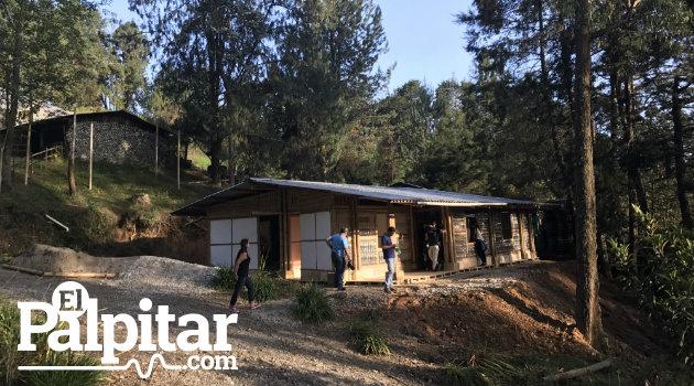La casa autosostenible cuando estaba en construcción, en el municipio de Guarne.