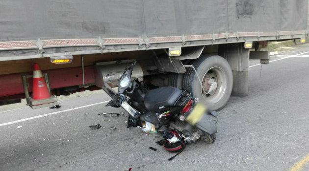 La moto fue arrollada por el costado lateral del camión. Foto: CORTESÍA.