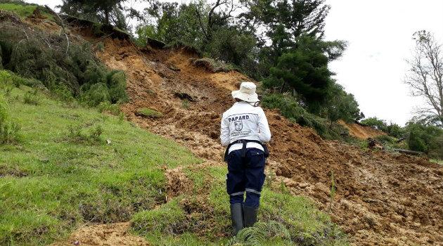 Personal del Dapard hacen monitoreo al deslizamiento. Foto: CORTESÍA.