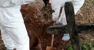 Los restos fueron exhumados por miembros del CTI. Foto: CORTESÍA.