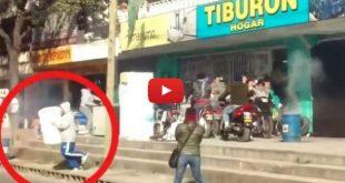 Video: Entró a robar durante un saqueo, pero era el rodaje de una película