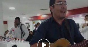 Video: La protesta de un trovador, contra Claro, que se está haciendo viral