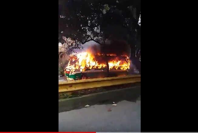 Bus fue quemado en Calasanz.