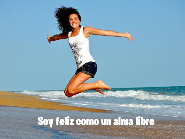 Chica saltando de alegría y felicidad.
