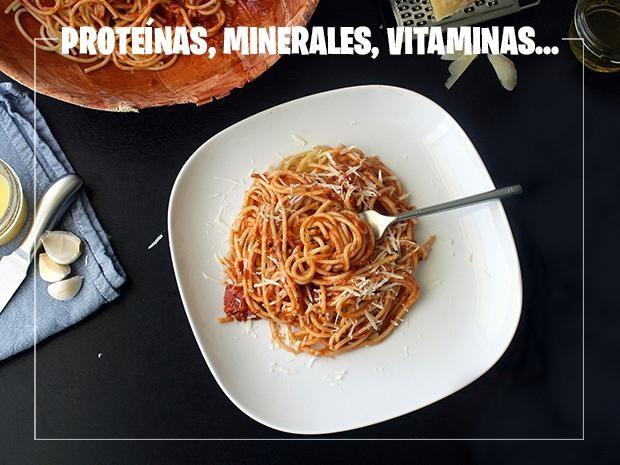 Imagen de un plato de espaguetti con queso y tomate.